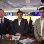 Deniss Boroditš ja Ron Luvištšuk saatejuht Artur Toomaniga ERR-i uudistetoimetuses